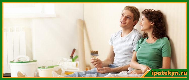 Молодая пара делает ремонт после ипотеки