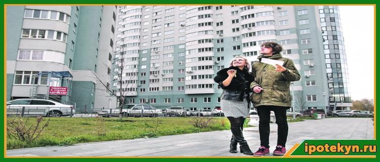 молодая пара на фоне новостройки