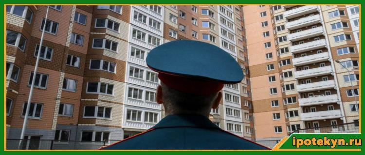 военный смотрит на дом